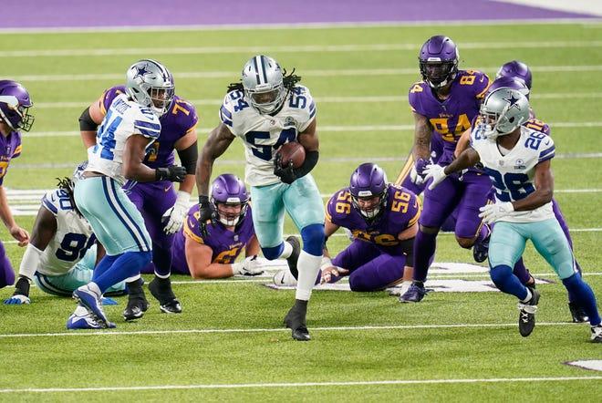 El apoyador de los Dallas Cowboys, Jaylon Smith (54), devuelve un balón suelto del corredor de los Minnesota Vikings, Dalvin Cook, durante la primera mitad de un juego de fútbol americano de la NFL, el domingo 22 de noviembre de 2020 en Minneapolis.