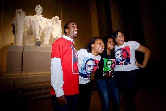 Orang-orang merayakannya pada pagi hari tanggal 5 November 2008, di Lincoln Memorial di Washington, DC, setelah pemilihan Barack Obama.