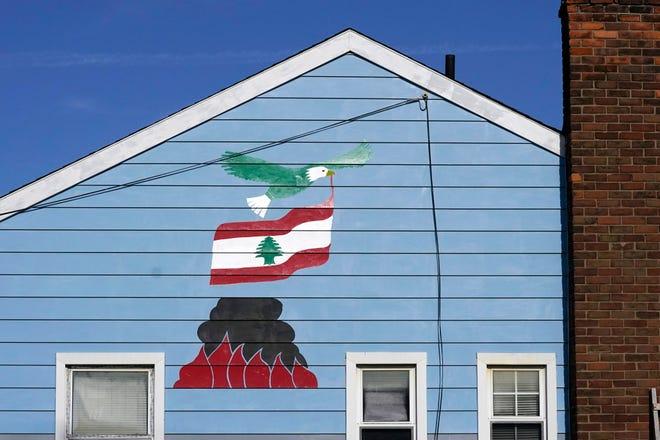 Seekor elang botak berkibar dengan bendera Lebanon di atas ledakan pelabuhan Beirut digambarkan di rumah Samih Zreik di Dearborn.