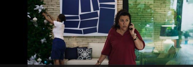 Screen shot of Regina Casé in Três Verões (2019).