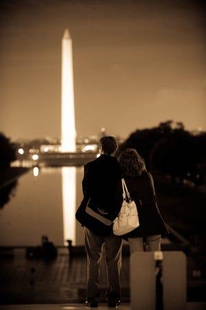 Sepasang kekasih memandang ke arah Monumen Washington dari tangga Lincoln Memorial di Washington, DC, setelah pemilihan Barack Obama pada 4 November 2008.