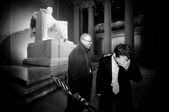 Orang-orang merayakannya di Lincoln Memorial di Washington, DC, setelah pemilihan Barack Obama pada 4 November 2008.