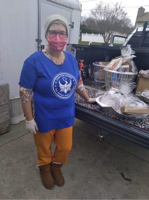 Madalena Paiva Arruda preparando-se para distribuir cabazes de comida por famílias necessitadas de New Bedford e Fall River.