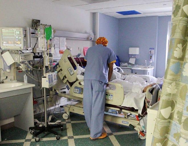 Un médico atiende a un paciente de COVID-19.