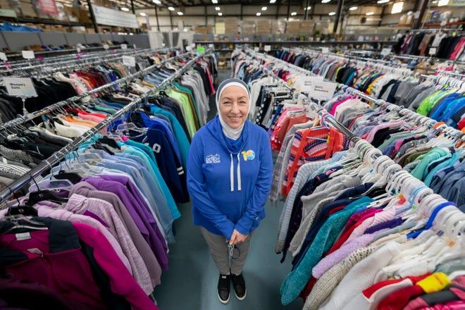 Najah Bazzy, pendiri Zaman International yang berbasis di Inkster, di dalam toko barang bekas nirlaba di Inkster, 19 November 2020. Organisasi kemanusiaan ini menangani kebutuhan kesehatan dasar wanita, anak-anak, dan pengungsi di Metro Detroit dan di seluruh dunia.