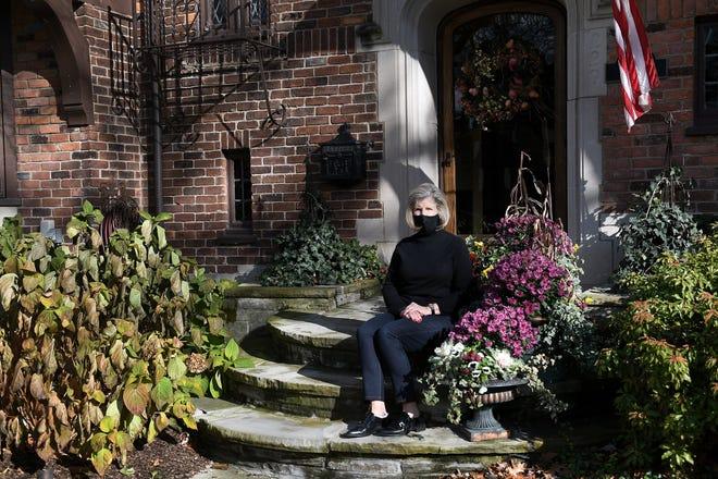 Nancy Auffenberg, 65, bersyukur bahwa dia dan anggota keluarga dekatnya tertular virus corona dan selamat. Dia difoto di depan rumahnya di Dearborn, Mich. Pada 23 November 2020.