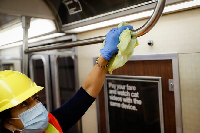 Seorang kontraktor membersihkan gerbong kereta bawah tanah di New York.