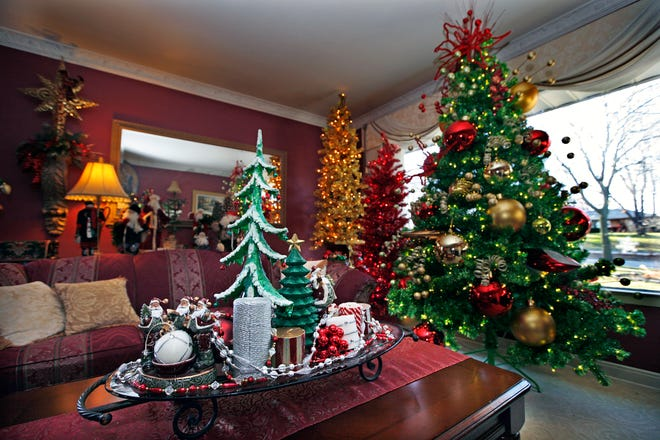 If you plan to make your home extra festive this year, take some inspiration from Carrie Lenz, who dressed her rooms this way in 2012.