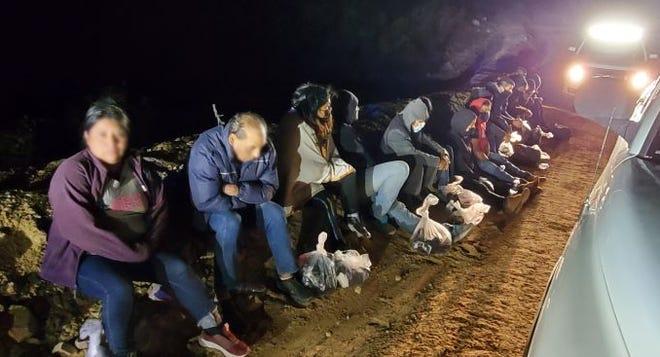 Agentes de la Patrulla Fronteriza encontraron 16 migrantes metidos en una camioneta que cruzó ilegalmente la frontera entre Arizona y México cerca de un sitio de construcción del muro fronterizo, al este de Douglas, el 19 de octubre de 2020.
