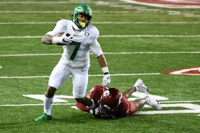 Oregon running back CJ Verdell (7), seen here during the Ducks' 43-29 win on Nov. 14 over Washington State, had five touchdowns in the Ducks' 55-15 win at Oregon State in 2018.
