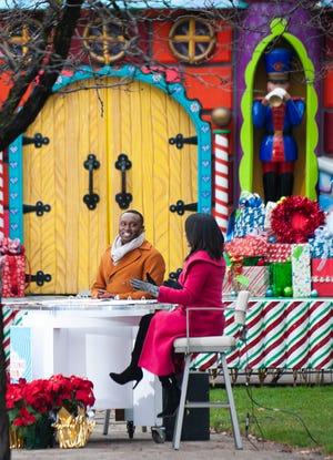 Di luar studio WDIV Local 4 di pusat kota Detroit, tokoh televisi Evrod Cassimy dan Rhonda Walker membawakan acara Parade Thanksgiving Amerika yang sebagian besar direkam sebelumnya. Karena pandemi virus Corona, parade tahun ini dirancang ulang sebagai siaran khusus khusus televisi pada Hari Thanksgiving, Kamis, 24 November 2020.