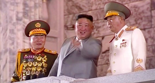 Dalam gambar yang dibuat dari video yang disiarkan oleh KRT Korea Utara ini, pemimpin Korea Utara Kim Jong Un, tengah, menyaksikan parade militer dalam upacara untuk merayakan ulang tahun ke-75 partai yang berkuasa di Pyongyang pada hari Sabtu, 10 Oktober 2020.