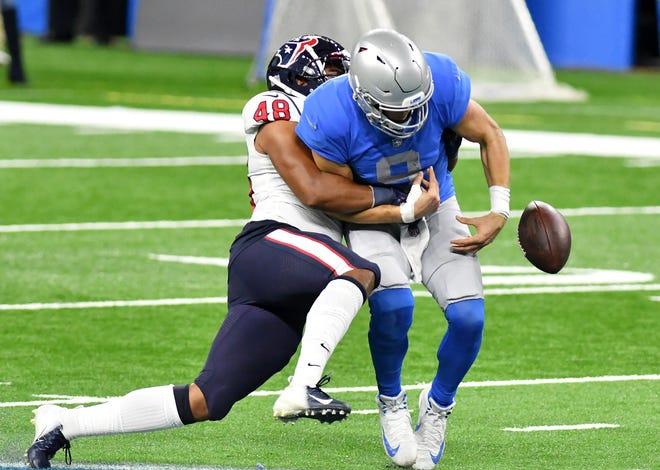 Linebacker Texas, Nate Hall, menendang bola dari gelandang Lions Matthew Stafford di kuarter keempat.