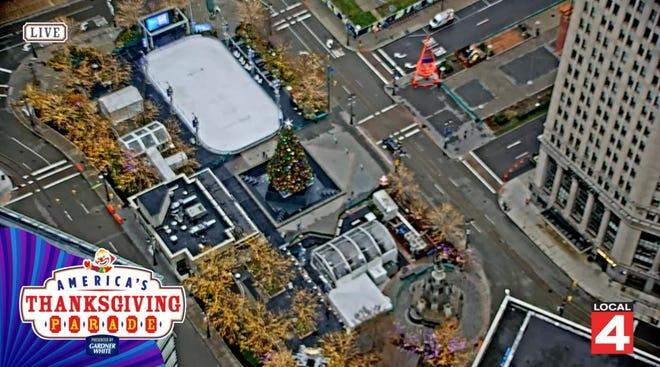 Tangkapan layar dari siaran langsung WDIV dari Parade Thanksgiving virtual menunjukkan pusat kota Detroit yang kosong di mana biasanya akan ada ribuan penonton.
