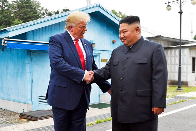 Dalam file foto 30 Juni 2019 ini, Presiden Donald Trump berjabat tangan dengan pemimpin Korea Utara Kim Jong Un di desa perbatasan Panmunjom di Zona Demiliterisasi, Korea Selatan.