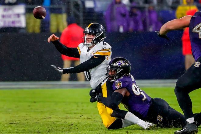 En la imagen, el mariscal de campo de los Pittsburgh Steelers, Devlin Hodges (i), es despedido por el apoyador de los Baltimore Ravens, Matthew Judon (d).
