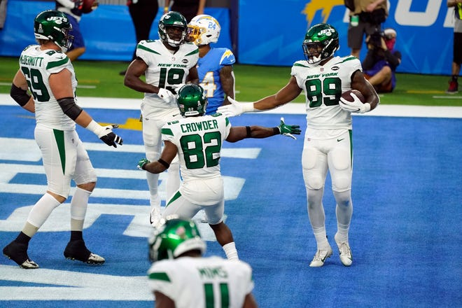 New York Jets tight end Chris Herndon (89) celebrates with teammates after making a touchdown catch against the Los Angeles Chargers last Sunday.