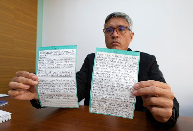 Jesus Loreto, pengacara yang mewakili Tomeu Vadell, salah satu dari enam eksekutif perminyakan AS yang dipenjara selama tiga tahun di Venezuela, menunjukkan surat yang ditulis oleh Vadell, di Caracas, Venezuela, Rabu, 25 November 2020.