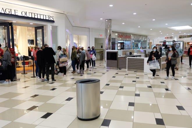 Twelve Oaks Mall di Novi dibuka pada jam 7 pagi hari Jumat dengan banyak pembeli muda mengantri di toko-toko termasuk American Eagle Outfitters, Zumies, dan Arie.