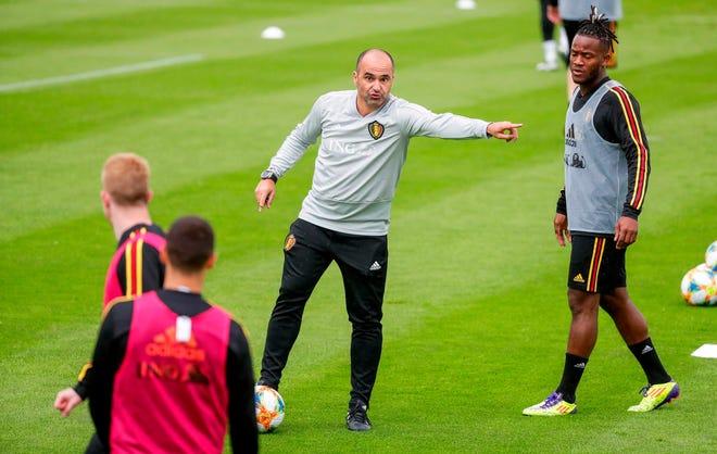 El entrenador de la selección de fútbol belga, el español Roberto Martínez (c), participa en una sesión de entrenamiento.
