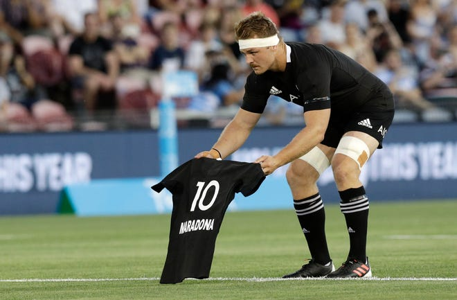 Before their rugby Tri Nations test against Argentina, New Zealand captain Sam Cane presented an All Blacks jersey with Maradona's name and number 10.