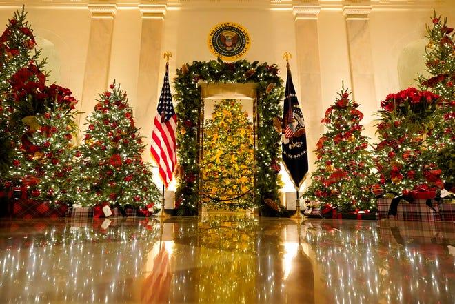 Cross Hall dan Blue Room didekorasi selama pratinjau Natal 2020 di Gedung Putih, Senin, 30 November 2020, di Washington.