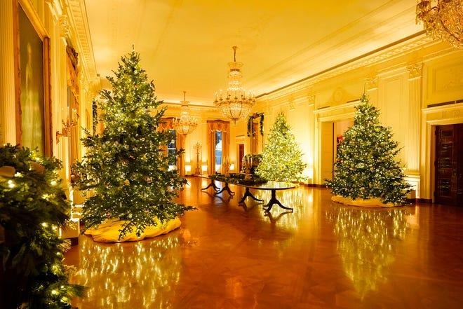 Ruang Timur Gedung Putih didekorasi selama pratinjau Natal 2020, Senin, 30 November 2020, di Washington.