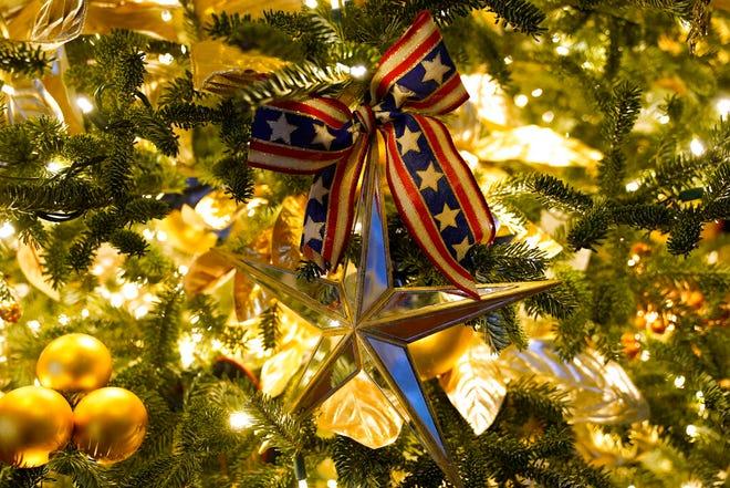 Ornamen digantung di pohon selama pratinjau Natal 2020 di Gedung Putih, Senin, 30 November 2020, di Washington.