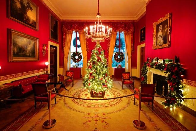 Ruang Merah Gedung Putih didekorasi selama pratinjau Natal 2020, Senin, 30 November 2020, di Washington.