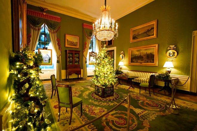 Ruang Hijau Gedung Putih didekorasi selama pratinjau Natal 2020, Senin, 30 November 2020, di Washington.