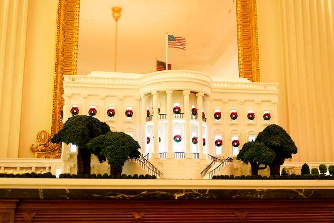 Gedung Putih roti jahe berdiri di Ruang Makan Negara selama pratinjau Natal 2020 di Gedung Putih, Senin, 30 November 2020, di Washington.