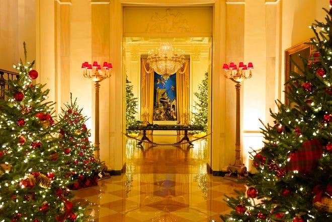 Cross Hall menuju Ruang Timur Gedung Putih didekorasi selama pratinjau Natal 2020, Senin, 30 November 2020, di Washington.
