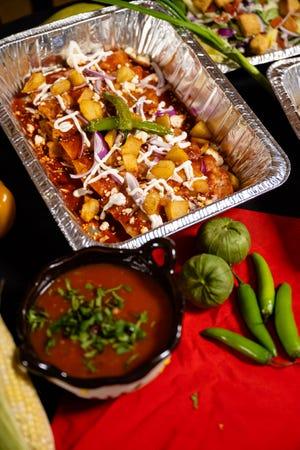 Nampan enchiladas rojas dari restoran El Asador, yang akan menyumbangkan 20% dari penjualan kepada pekerja yang di-PHK selama ruang makan saat ini ditutup.