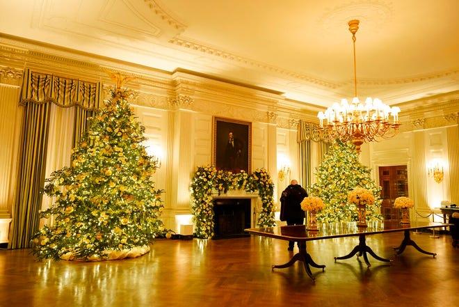 Ruang Makan Negara Gedung Putih didekorasi selama pratinjau Natal 2020, Senin, 30 November 2020, di Washington.