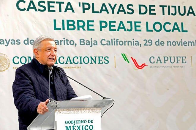 Fotografía cedida este domingo, por la presidencia de México, del presidente mexicano, Andrés Manuel López Obrador, durante una gira de trabajo en el municipio de Rosarito, en Baja california (México).