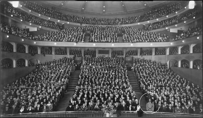 Paramahansa Yogananda memberi kuliah di Los Angeles Philharmonic Auditorium pada tahun 1925.