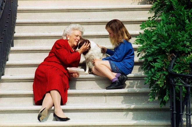 Dalam file foto 13 September 1991 ini, ibu negara Barbara Bush, cucunya Barbara, dan Millie menunggu di tangga Gedung Putih sampai Presiden George HW Bush kembali dari pemeriksaannya di Rumah Sakit Angkatan Laut Bethesda di Washington.