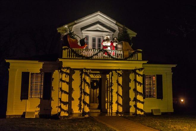 Kereta luncur Sinterklas berada di atas Robert Frost Home