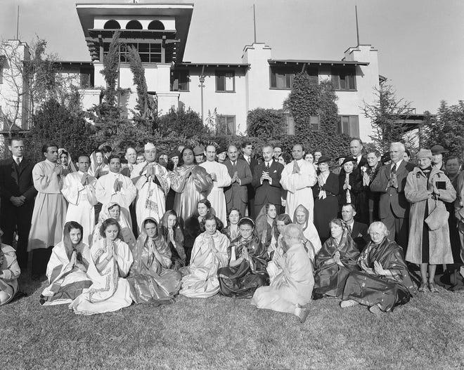 Paramahansa Yogananda dengan murid-murid biara dan murid-muridnya di markas besar Self-Realization Fellowship pada Hari Tahun Baru 1937.