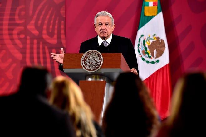 Fotografía cedida por la Presidencia de México que muestra al presidente, Andrés Manuel López Obrador, durante su rueda de prensa matutina el 30 de noviembre de 2020 en el Palacio Nacional, en Ciudad de México.