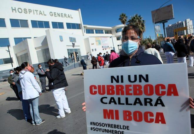 Trabajadores de la Salud protestan este lunes para exigir insumos que les proteja de la infección al dar atención a enfermos de Covid, a las afueras del Hospital General de la fronteriza Ciudad Juárez, en el estado mexicano de Chihuahua.
