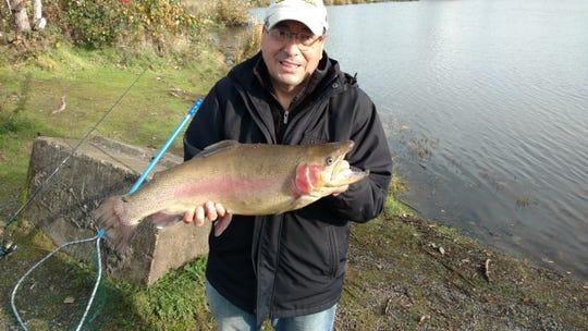 Tom Finkle de Salem está muy agradecido por esta Trucha de día de pavo, un arcoíris de cría de 8 libras que atrapó en Walling Pond en Salem.