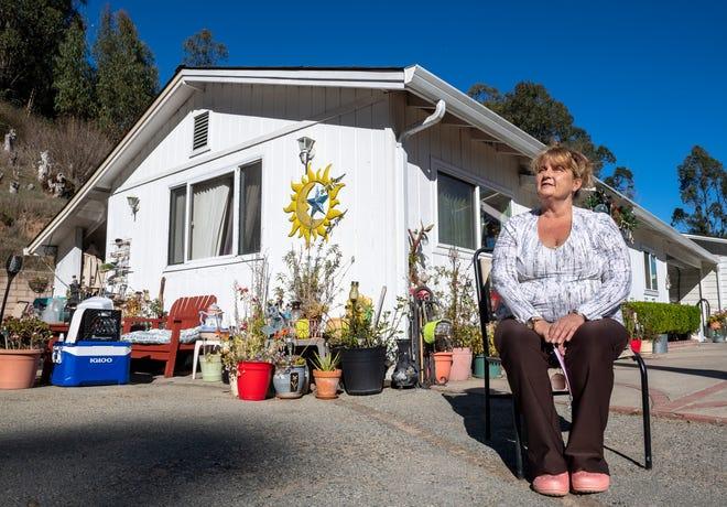 Susan Brzovich se sienta en frente de la unidad de dos habitaciones que alquila en Prunedale el 27 de noviembre de 2020.