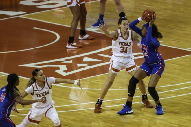 SMU's Jahnaria Brown #12 tries to complete a pass over UT's Audrey Warren #31 in women's basketball in Austin on Wednesday, November 25, 2020. [LOLA GOMEZ / AMERICAN-STATESMAN]