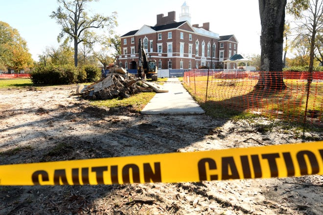 Renovations continue to the Pender County Courthouse in Burgaw, N.C. Wednesday Dec. 2, 2020.  [KEN BLEVINS/STARNEWS]