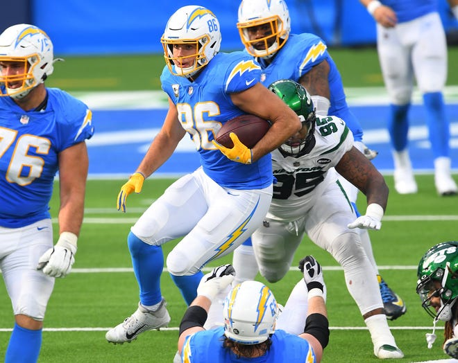 Chargers tight end Hunter Henry (86) runs with the ball against the Jets last weekend.