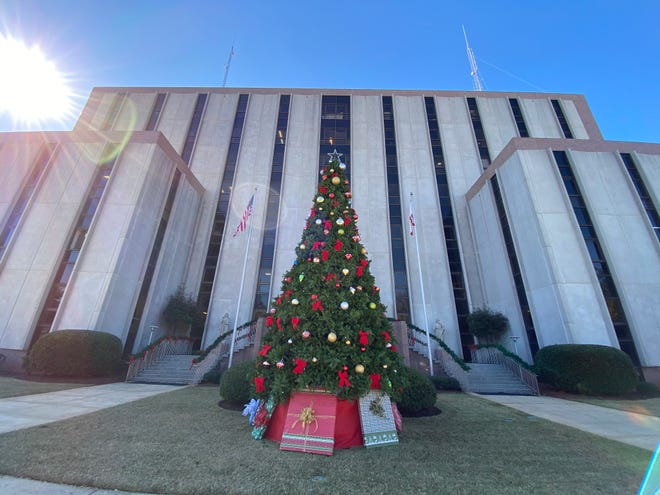 Theatre Tuscaloosa's play was to be part of the tree lighting ceremony at the Tuscaloosa County Courthouse. The tree lighting ceremony will go on as planned at 6 p.m . Friday. [Staff Photo/Gary Cosby Jr.]