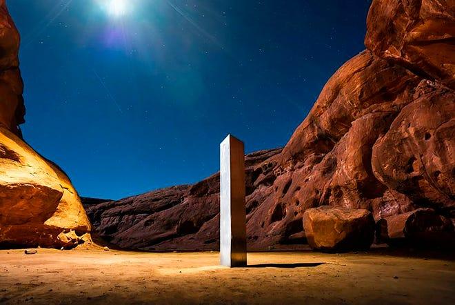 Foto 27 November 2020 oleh Terrance Siemon ini menunjukkan sebuah monolit yang ditempatkan di gurun batu merah di lokasi yang dirahasiakan di Utah tenggara County San Juan.