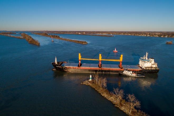 Kapal tunda Manitou membantu kapal barang Harvest Spirit yang berbelok ke samping dan membumi di tempat yang dikenal sebagai Hole-in-the-Wall di Livingstone Channel di Sungai Detroit antara Grosse Ile, Mich., Dan Pulau Bob-Lo, Kanada.