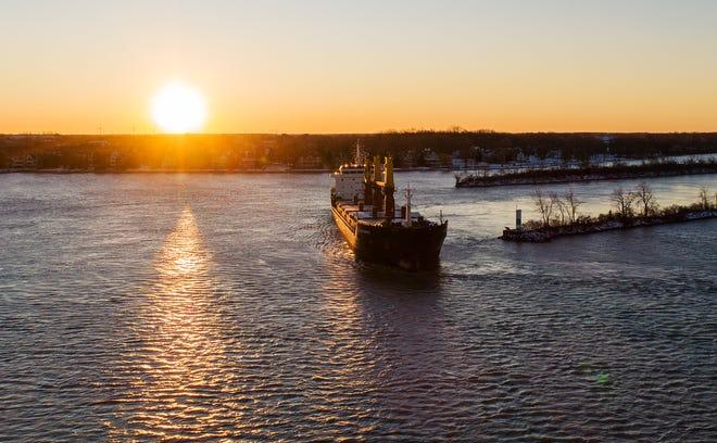 Kapal kargo Harvest Spirit berbelok ke samping dan membumi di tempat yang dikenal sebagai Hole-in-the-Wall di Livingstone Channel di Sungai Detroit antara Grosse Ile, Mich., Dan Boblo Island, Kanada.